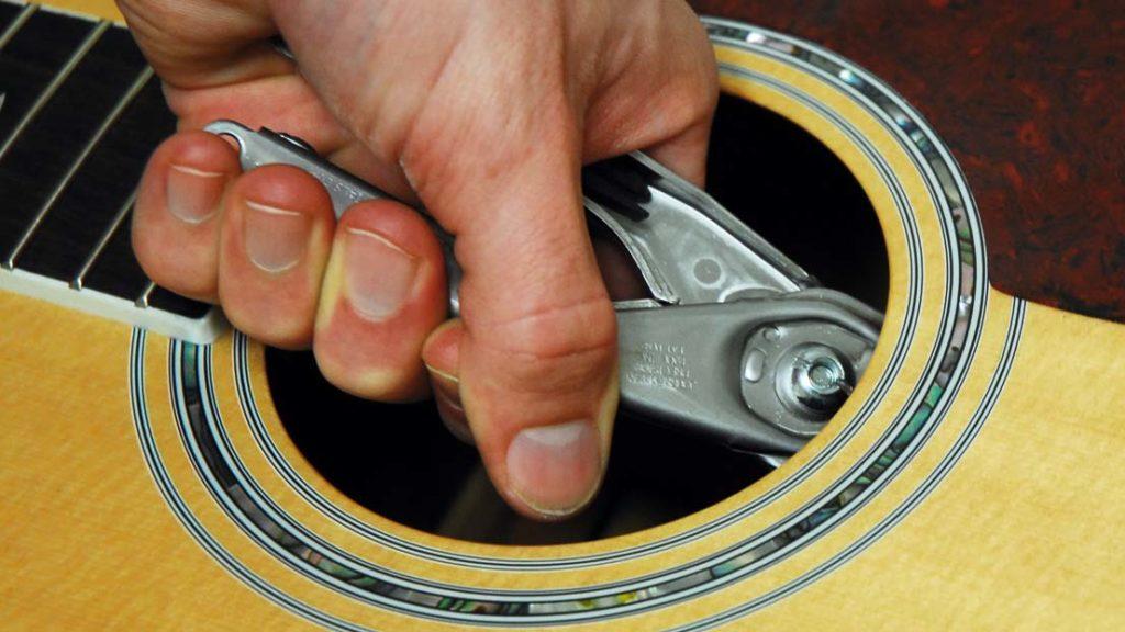 как вытащить колышки из гитары