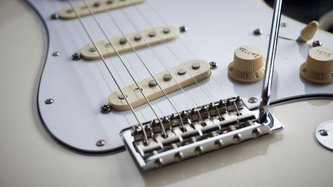 jimi-hendrix-gitara-white-stratocaster-04