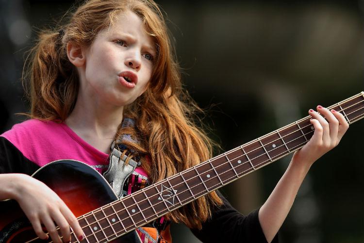 научиться одновременно петь и играть на гитаре