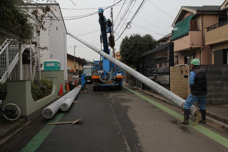 Рабочие устанавливают трансформатор на участке Такео Мориты