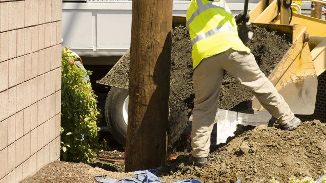 Рабочие устанавливают трансформатор на участке Мориты