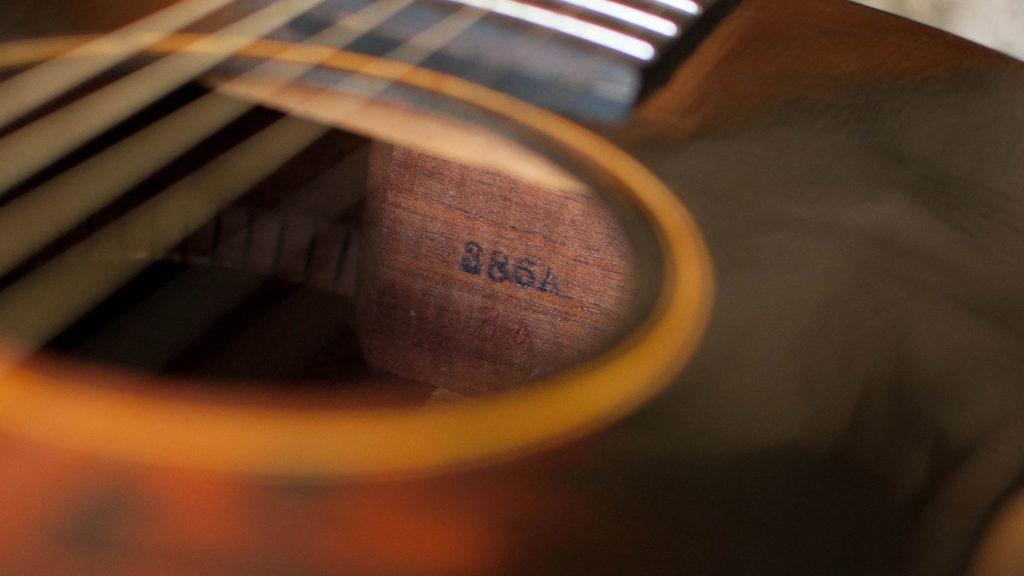 Номер FON на Gibson L-00. Судя по номеру, гитара ушла в производство в 1935 году.