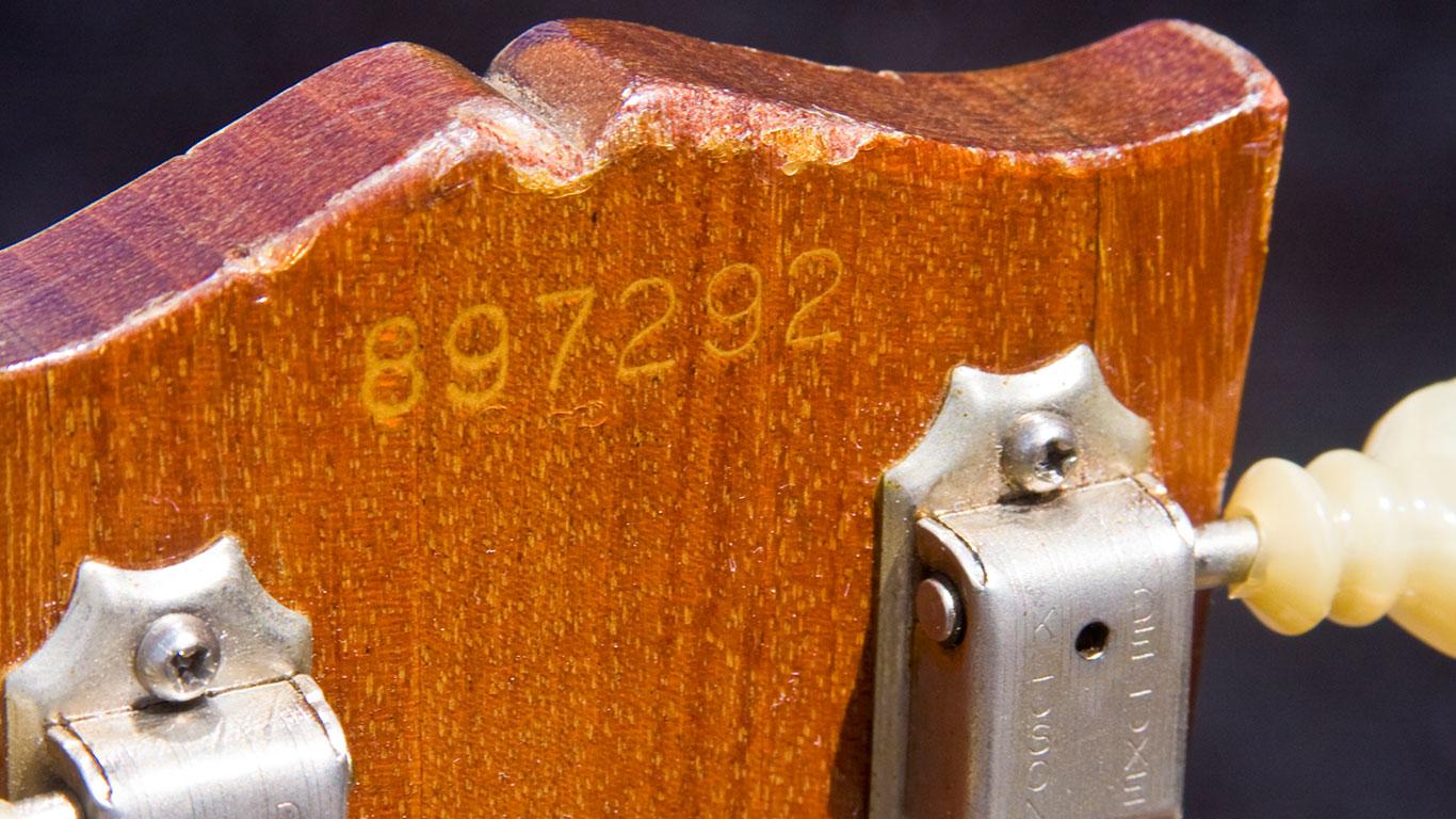 Серийный номер Gibson Les Paul Deluxe. Номер указывает на то, что гитара выпущена в 1967 году.