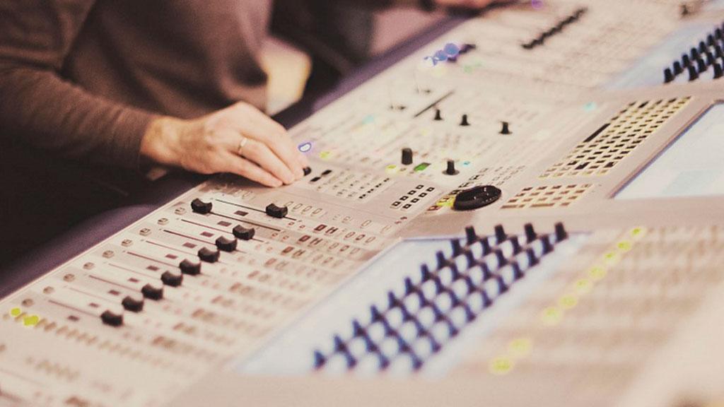 Профессия композитор в кино • сайт для музыкантов Юрий Потеенко отмечает что от композитора требуется отличное знание музыкальных стилей жанров и форм а также особенностей современной кинодраматургии