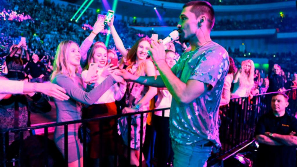 Личный сайт звезды— это площадка для встречи его сфанатами вперерывах между концертами.