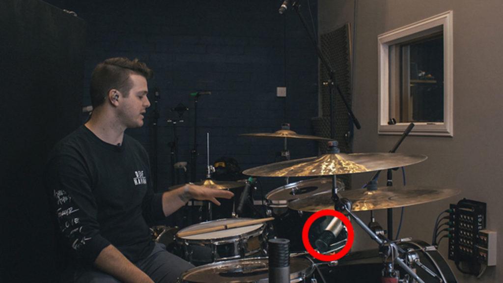 Запись ударных одним микрофоном— микрофон установлен между бас-бочкой итомами, исмотрит вцентр ударной установки