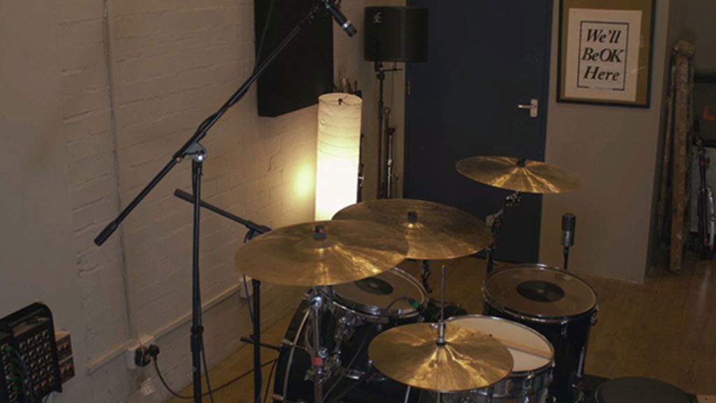 Расположение микрофонов при записи ударных четырьмя микрофонами по методу Глина Джонса.