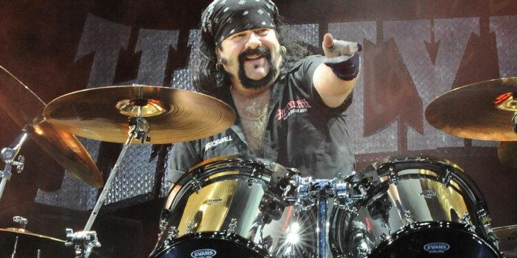 Официальная страница Pantera сообщила о смерти бывшего барабанщика и основателя группы Винни Пола. Музыканту было 54 года.