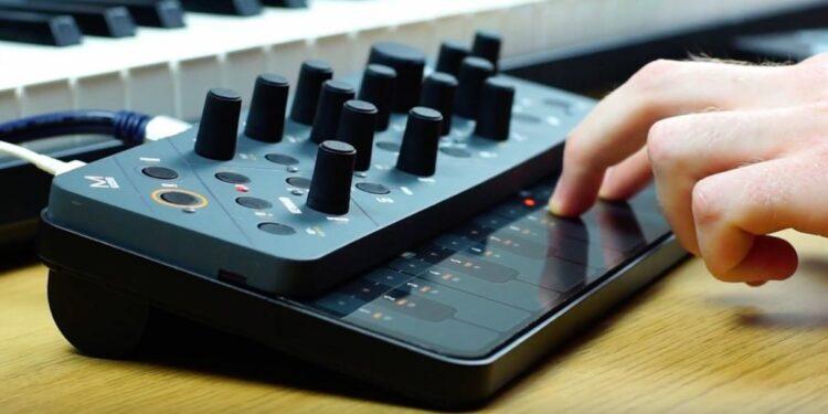 Компактный синтезатор Modal Electronics Skulpt