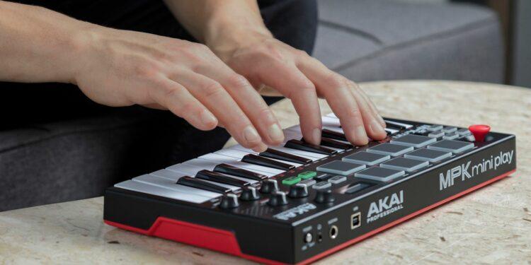 Портативная MIDI-клавиатура Akai MPK Mini Play