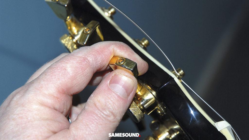 как поменять струны на электрогитаре