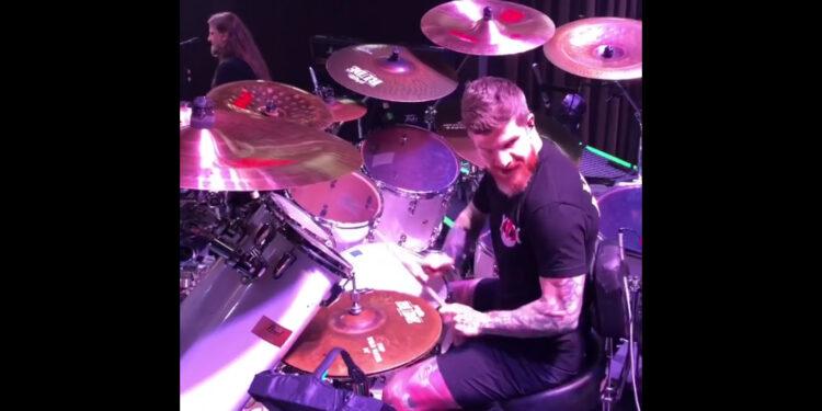 барабанщик Fall Out Boy играет с Behemoth