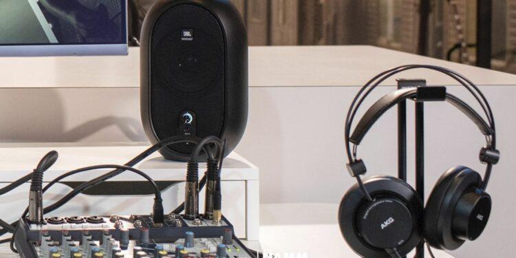 Компактные студийные мониторы JBL One Series 104