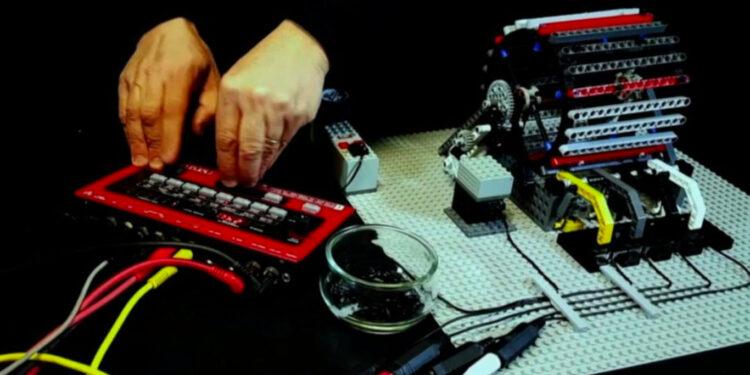 драм-машина из Лего, механический барабан да винчи