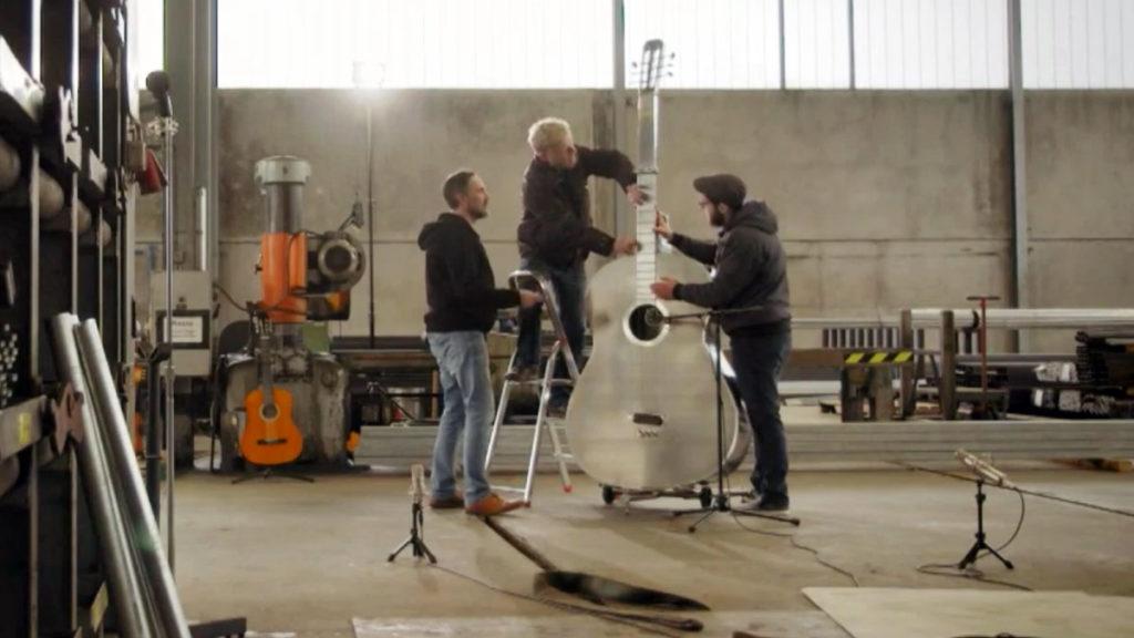 гигантская акустическая гитара 57 кг