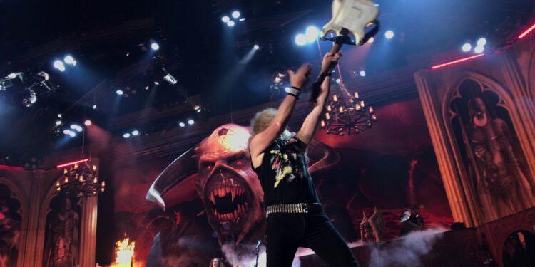 Гитарист Iron Maiden метнул гитару ичуть неубил охранника