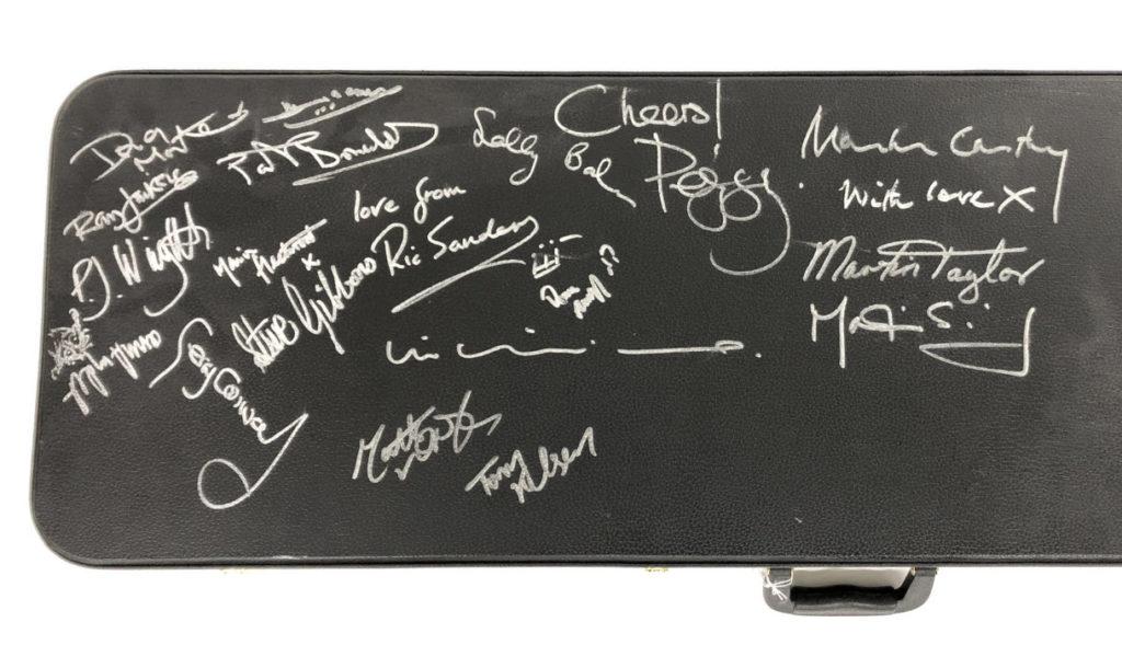 электрогитара подписанная всеми легендарными гитаристами