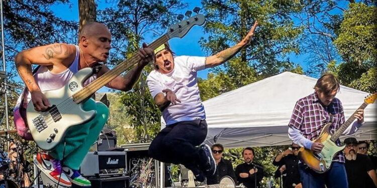 Джон Фрушанте вернулся насцену вместе сRed Hot Chili Peppers впервые за12лет
