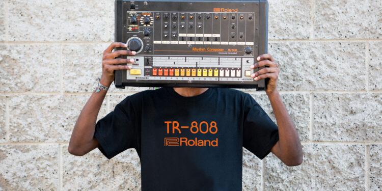 Roland запустила линейку одежды в стиле TR-808