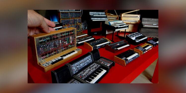 Бразилец создаёт миниатюрные копии классических синтезаторов