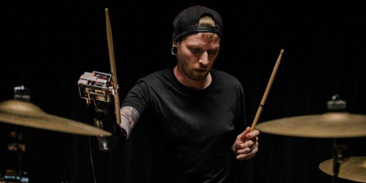 Джейсон Барнс однорукий барабанщик с умным протезом с искусственным интеллектом