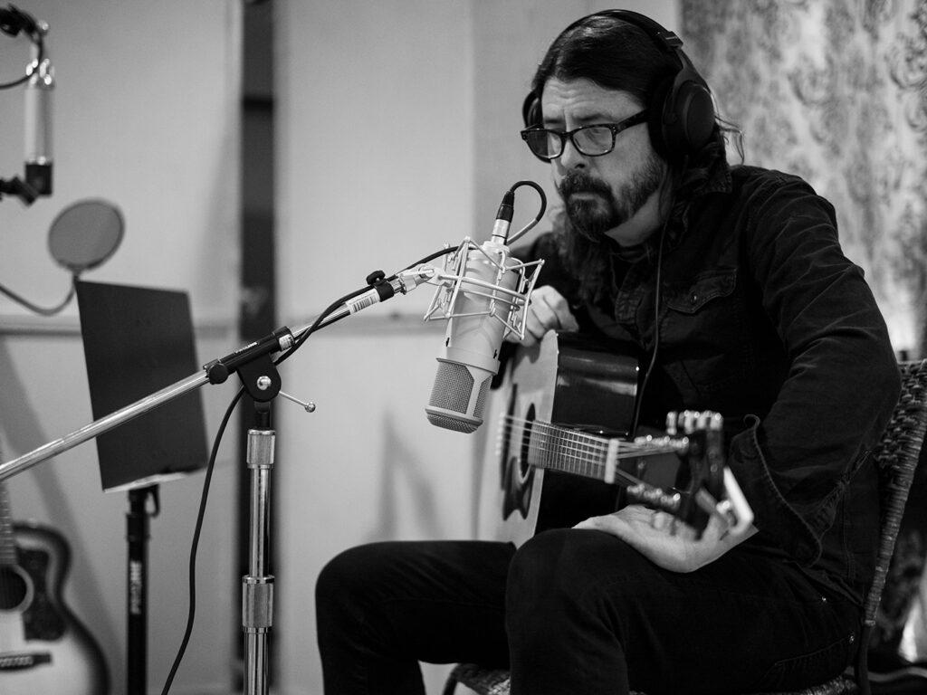 Дэйв Грол записывает акустическую гитару 13 января 2020 в доме в Энсино
