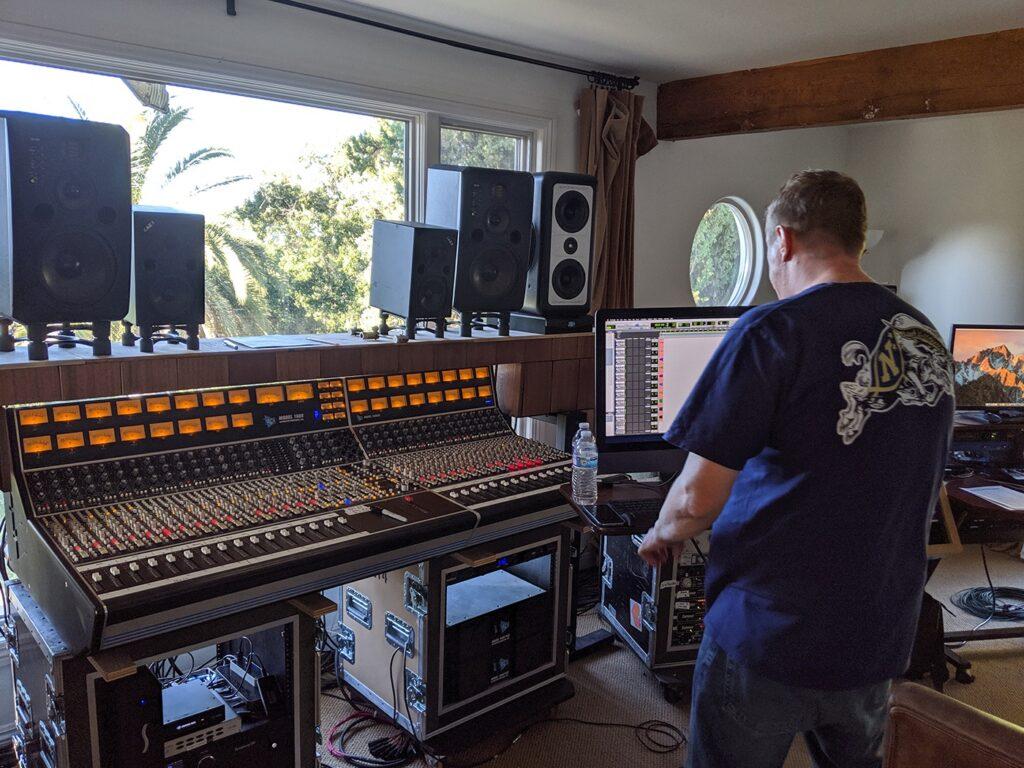 Запись Foo Fighters Medicine at Midnight в доме в Энсино контрольная комната в спальне
